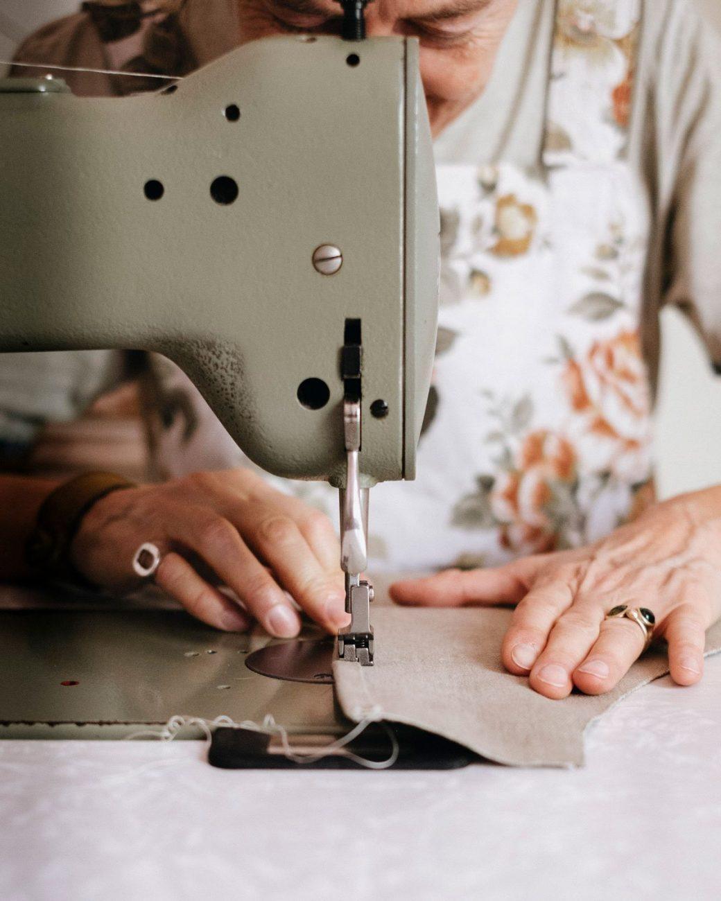 Viamartinella macchina da cucire al lavoro
